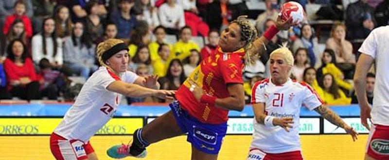 La jugadora de la selección española de balonmano, Marta Mangué, durante un partido. Fuente: RFEBM
