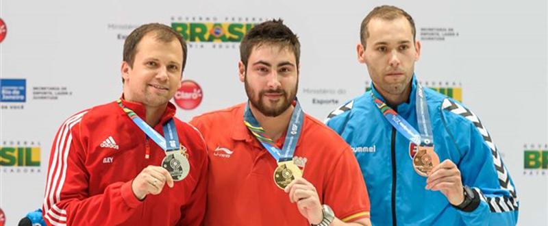 El tirador español, Pablo Carrera, en el centro tras ganar la medalla de oro. Fuente: issf