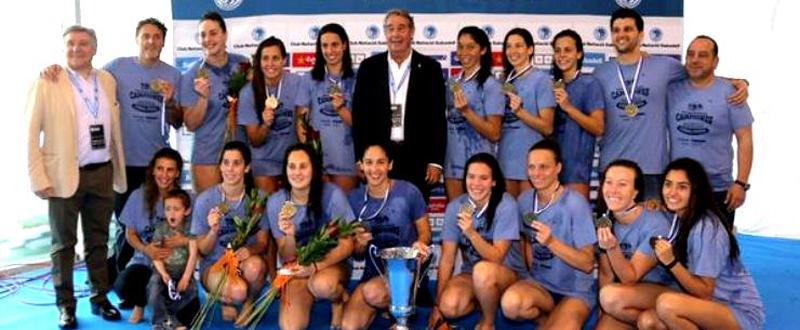 Las jugadoras del Astralpool Sabadell con su 4ª Champions League de waterpolo. Fuente: RFEN