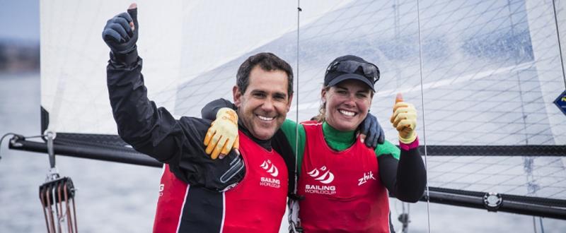 Fernando Echávarri y Tara Pacheco celebran su victoria en Hyères. Fuente: Sailing Energy/Pedro Martínez