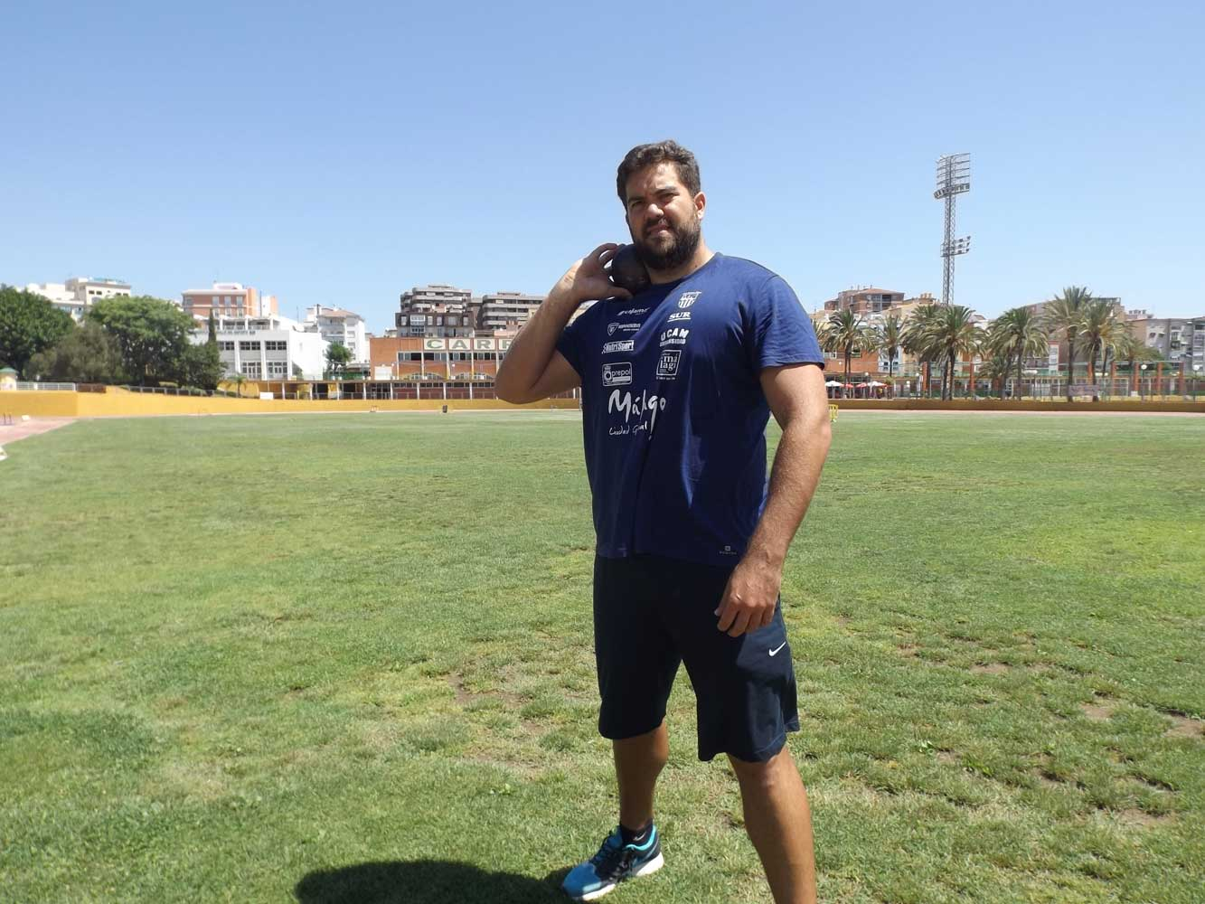 Borja Vivas simula un lanzamiento. JR/Avance Deportivo