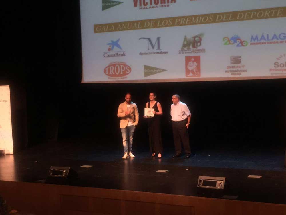 La árbitra de rugby, Alhambra Nievas, recogiendo su premio. JR/Avance del Deporte