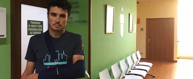 Gómez Noya muestra su brazo rota tras sufrir una caida en bicicleta Fuente: AD