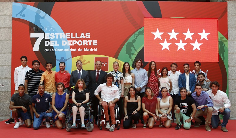 deportistas olimpico madrileños acompañados de la presidenta de la Comunidad de Madrid
