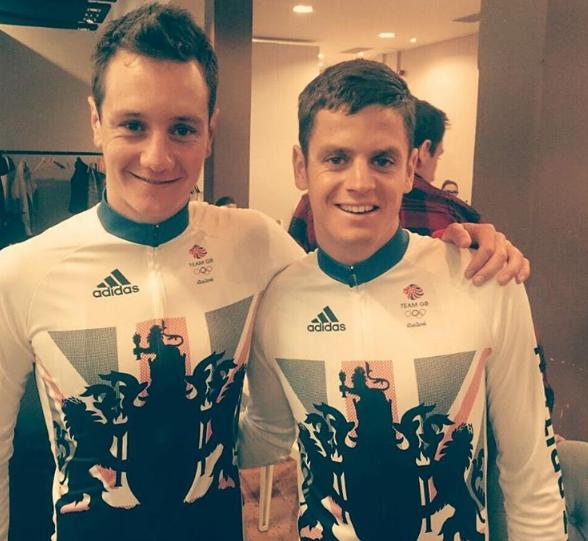Los hermanos Brownlee con la indumentaria británica. Fuente: @jonnybrownleetri