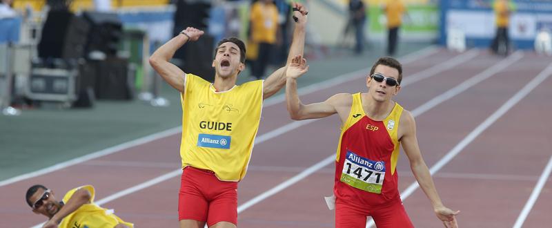 El atleta español Gerard Descarrega junto a su guía durante  una competición. Fuente: CPE