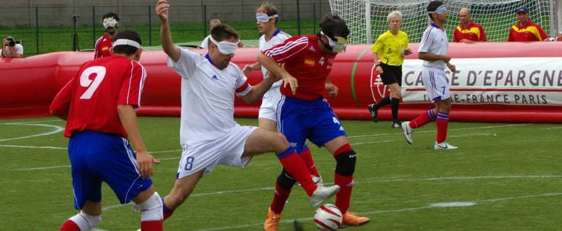 José Luis Giera 'Pepelu' conduce un balón en un partido con la selección española de fútbol para ciegos. Fuente: T. Aubert