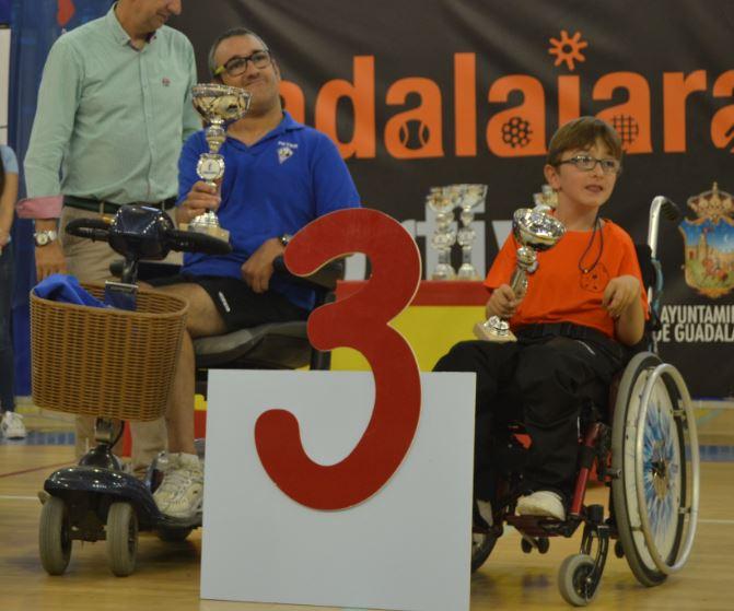 Ismael Muñoz de tan sólo 12 años levanta su trofeo. Fuente: dxt.adaptado.com
