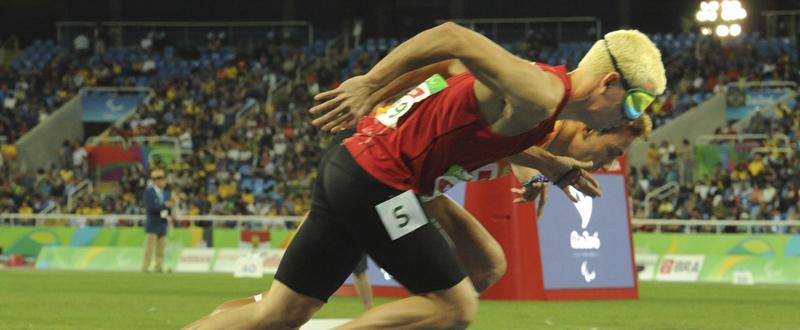 Gerard Descarrega junto a su guía Marcos Blanquino en la prueba de los 400 metros en los Juegos Paralímpicos. Fuente: CPE