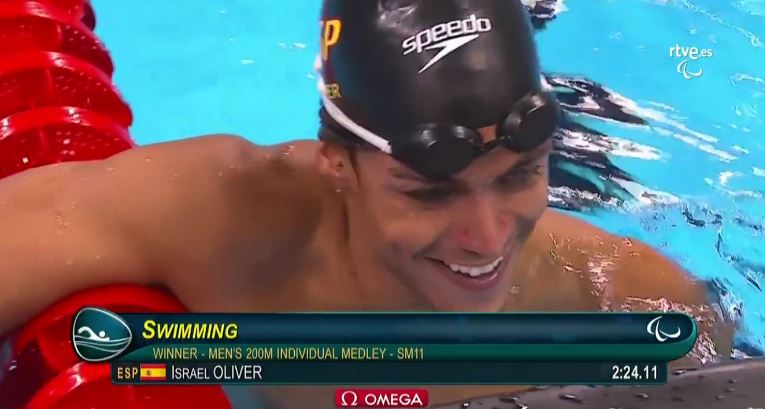 Israel Oliver tras ganar los 200 estilos. Fuente: AD