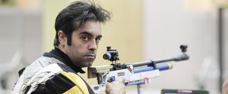 El tirador gallego, Juan Saavedra, posa con su carabina, con la que intentará lograr medalla en los Juegos Paralímpicos. Fuente: CPE
