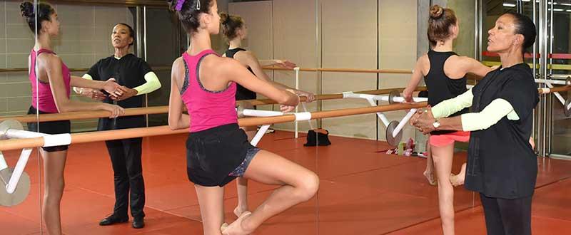 Dagmara dando clase al segundo conjunto de gimnasia rítmica. Fuente: CSD