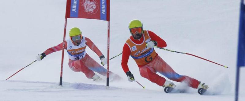 El esquiador Jon Santacana junto a su guía Miguel Galindo, en una competición en La Molina. Fuente: AD