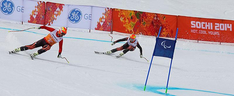 Jon Santacana y su guía Miguel Galindo durante una competición de esquí en los Juegos Paralímpicos de Sochi. Fuente: AD