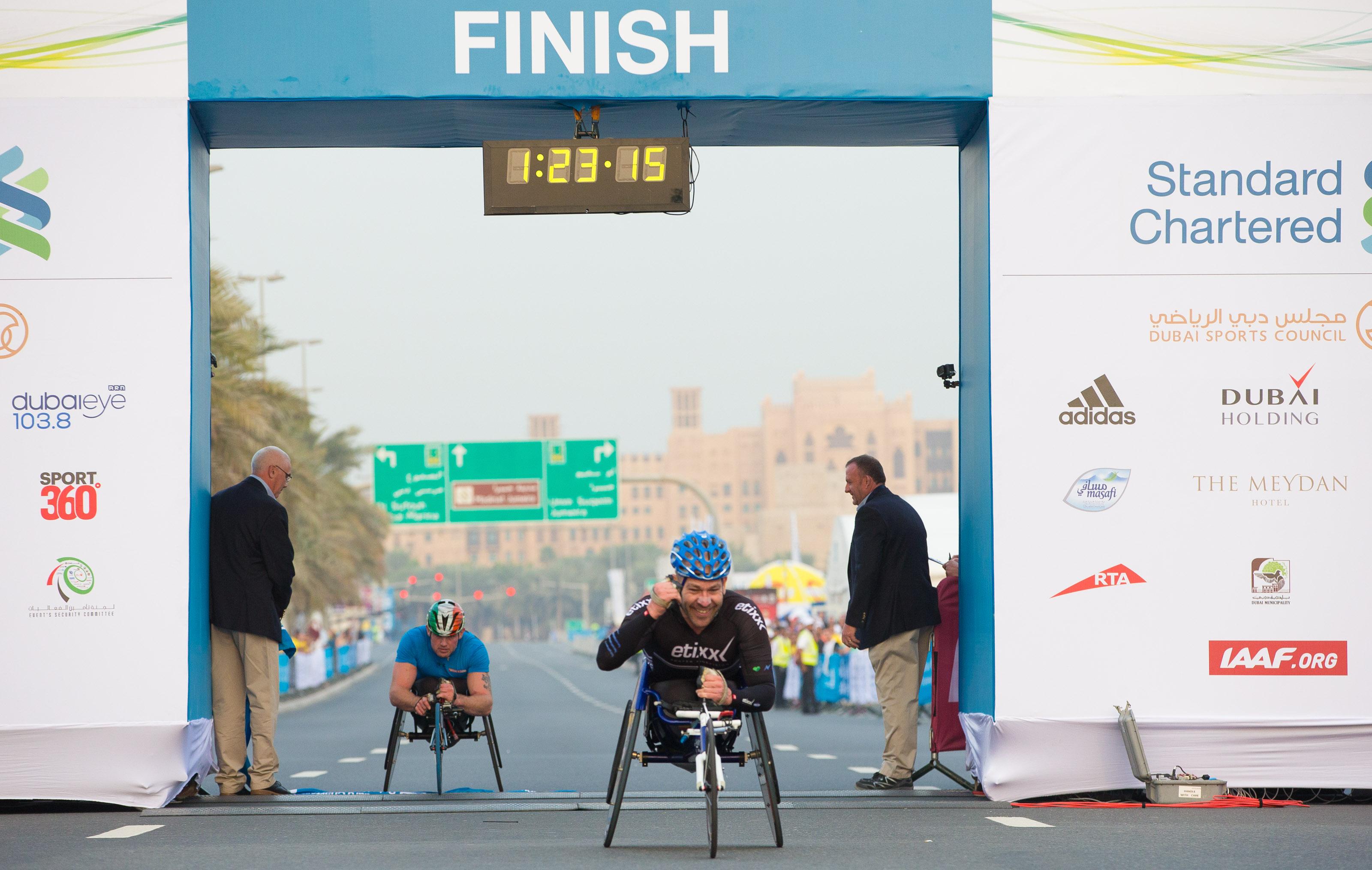 El atleta español, Rafa Botello, tras cruzar la meta en primera posición en Dubai. Fuente: Marathon Dubai