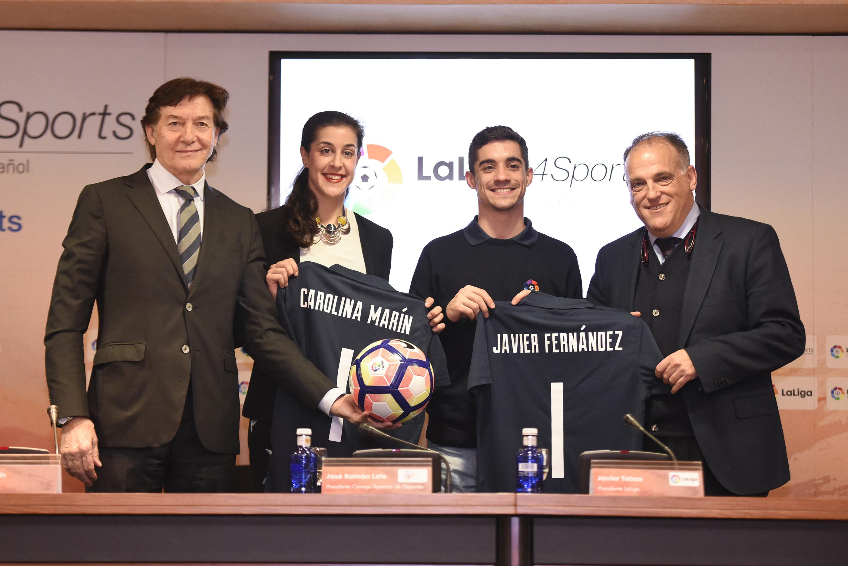Carolina Marín y Javier Fernández posan con sus camisetas de LaLiga. Fuente: CSD