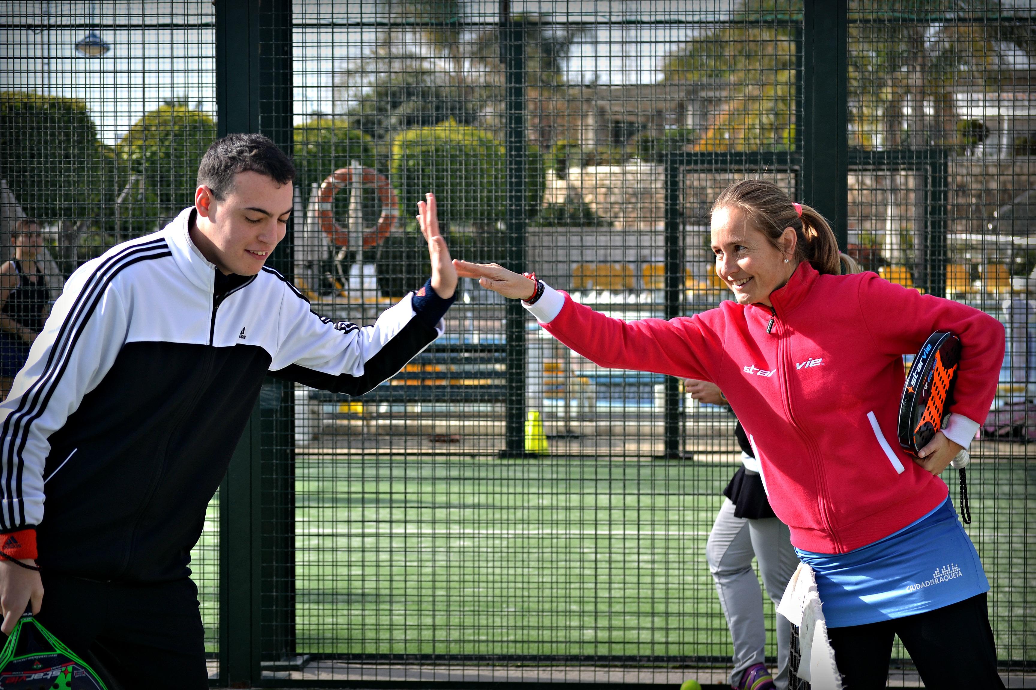 Carolina Navarro felicita a un participante. Fuente: Avance Deportivo.
