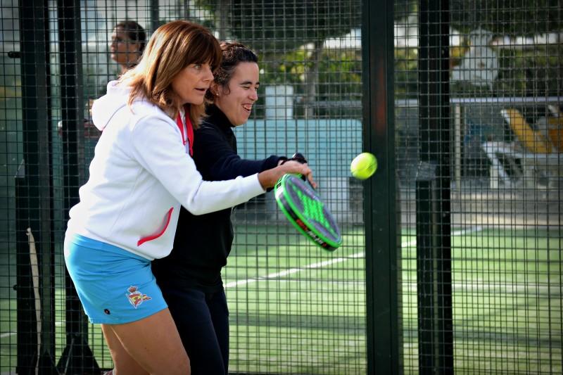Nini Conejo ayuda a golpear la bola a una participante. Fuente: Avance Deportivo.