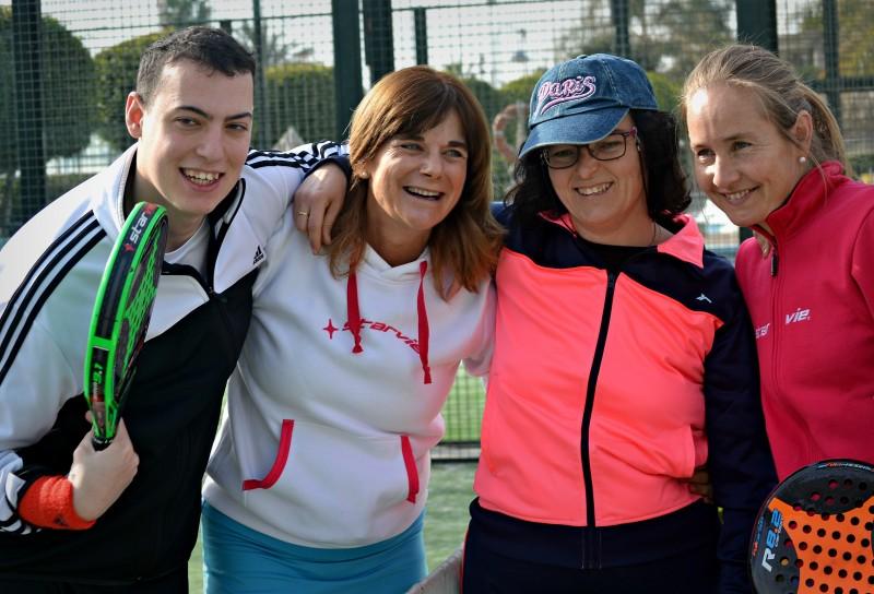 Nini Conejo y Carolina Navarro posan con dos participantes en las jornadas. Fuente: Avance Deportivo.
