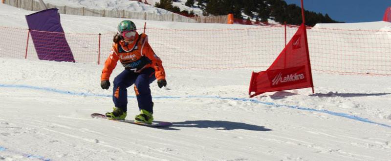 La 'rider' española, Astrid Fina, durante una competición de snowboard en La Molina. Fuente: AD