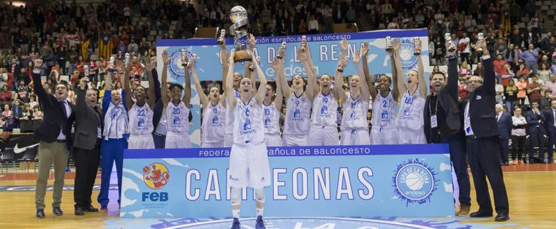 La base española Silvia Domínguez levanta la Copa de la Reina conquistada por su equipo. Fuente: Perfumería Avenida Baloncesto