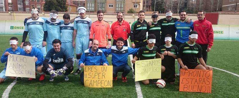 Los equipos de fútbol ciegos de ONCE BNFIT y Sevilla muestran su apoyo a un menor que sufre cáncer. Fuente: AD