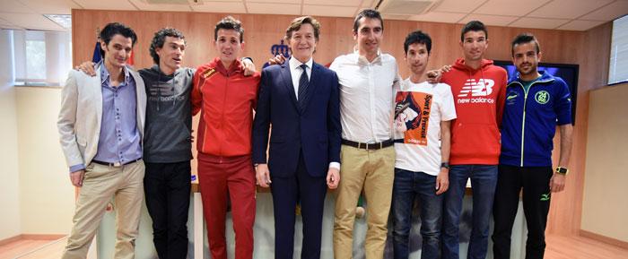 En la imagen, José Ramón Lete y Juan Carlos Higuero posan con numerosos compañeros de su carrera deportiva, entre los que se encuentran Javier Guerra, Arturo Casado, Jesús España y Mechaal.