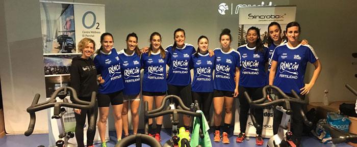 Clara Santiago junto a las jugadoras del Rincón Fertilidad de balonmano.