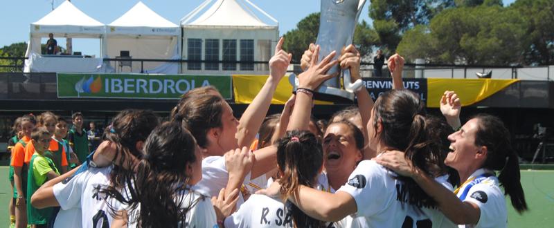 Las jugadoras de Club de Campo celebran el título de liga de hockey hierba. Fuente: RFEH