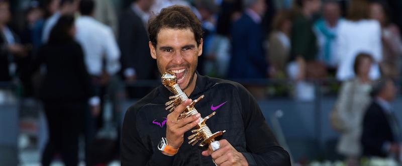Rafa Nadal muerde el trofeo conquistado en el Mutua Open Madrid por 5ª vez en su carrera. Fuente: Open Mutua Madrid