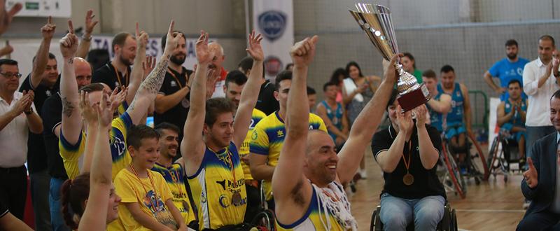 Los jugadores del CD Ilunion celebran el título de Liga, cerrando una temporada histórica con el triplete. Fuente: FEDDF