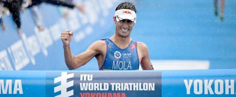 El triatleta balear Mario Mola, en el momento de cruzar la línea de meta. Fuente: www.triathlon.org