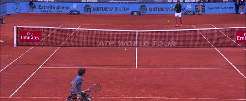 Daniel Caverzaschi y Rafa Nadal intercambian golpes durante el Mutua Open Madrid para impulsar el tenis en silla. Fuente: Mutua Open Madrid