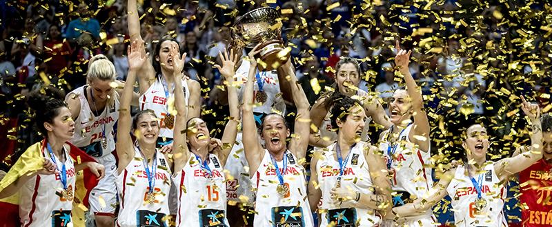 La selección femenina española de baloncesto con el título europeo. Fuente: EFE/EPA/MARTIN DIVISEK