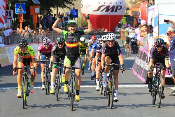 Sheyla Gutiérrez ganando una etapa del giro. Fuente: Rfec