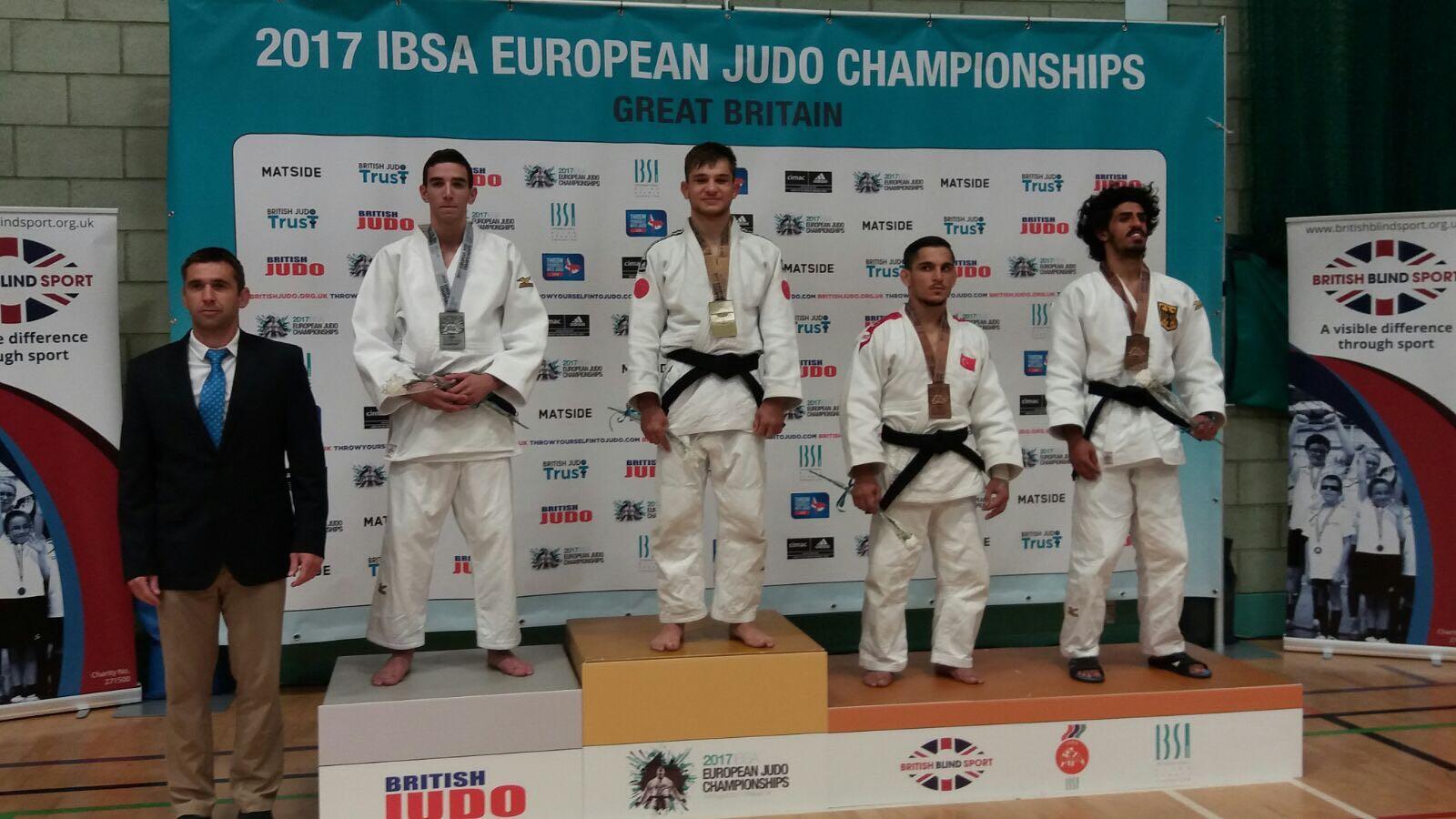 El judoka aragonés, Sergio Ibáñez, a la izquierda con la medalla de plata. Fuentb: AD