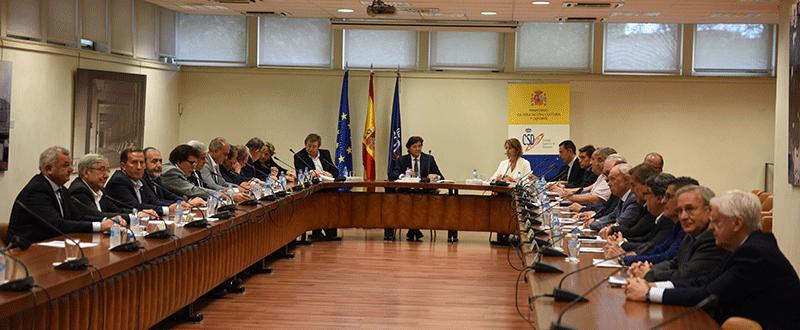 el presidente del CSD, José Ramón Lete; el presidente de la RFEF, Juan Luis Larrea, y los presidentes de las diecinueve federaciones autonómicas.