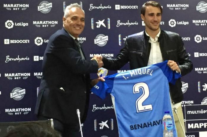 Mario Husillos e Ignasi Miquel con la camiseta que llevará el fútbolista. Fuente: AD