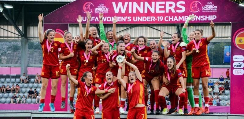 España levanta el europeo de fútbol femenino. Fuente: @SeFutbolFem