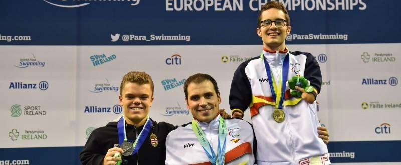 Ponce y Sánchez en el podio junto al nadador húngaro, Ivan Bence (Fuente: paralimpicos.es)