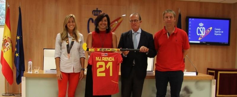 Rienda y Deó posan con la camiseta y el stick acompañados de capitana y entrenador (Fuente: COE)