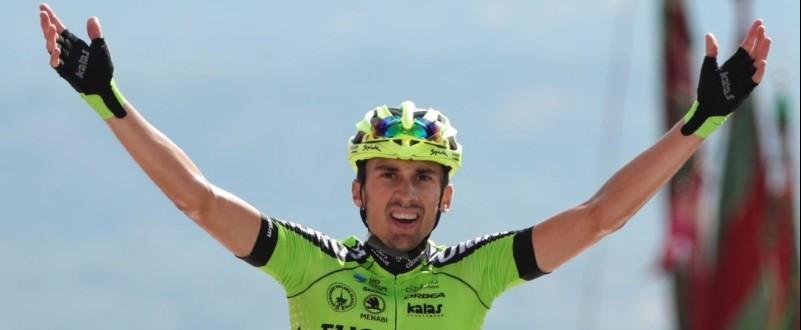 Óscar Rodríguez cruza la meta celebrando su sorprendente victoria. (Fuente: ©Photogomez Sport)