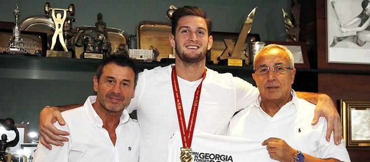 Quino Ruiz (entrenador) y Alejandro Blanco junto al campeón mundial, Nikoloz Sherazadishvili