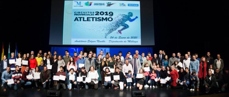 Foto de todos los premiados en la Gala Provincial de Atletismo. Fuente: Avance Deportivo.