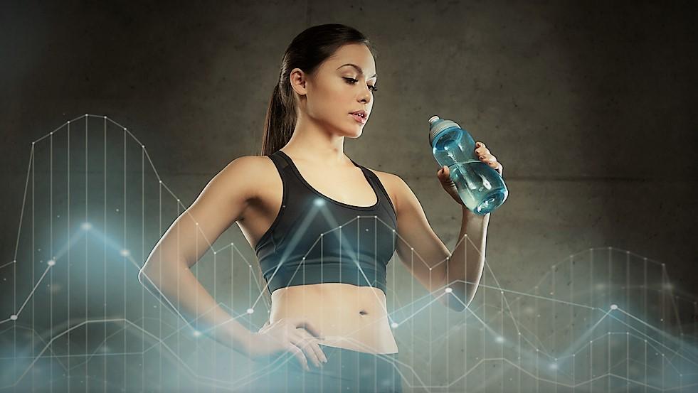 3 bebidas deportivas caseras para llevar en tu botella de agua personalizada