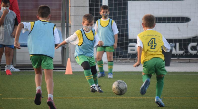 Niños jugando al fútbol con mascarilla. Fuente: Avance Deportivo