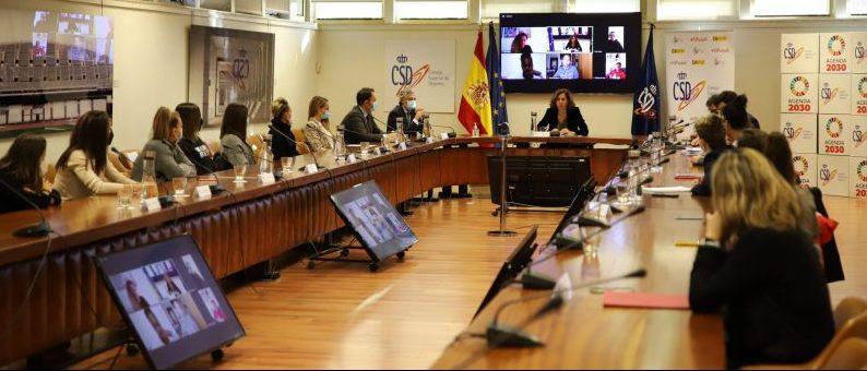 Irene Lozano con las capitanas de fútbol de Primera. Fuente: CSD